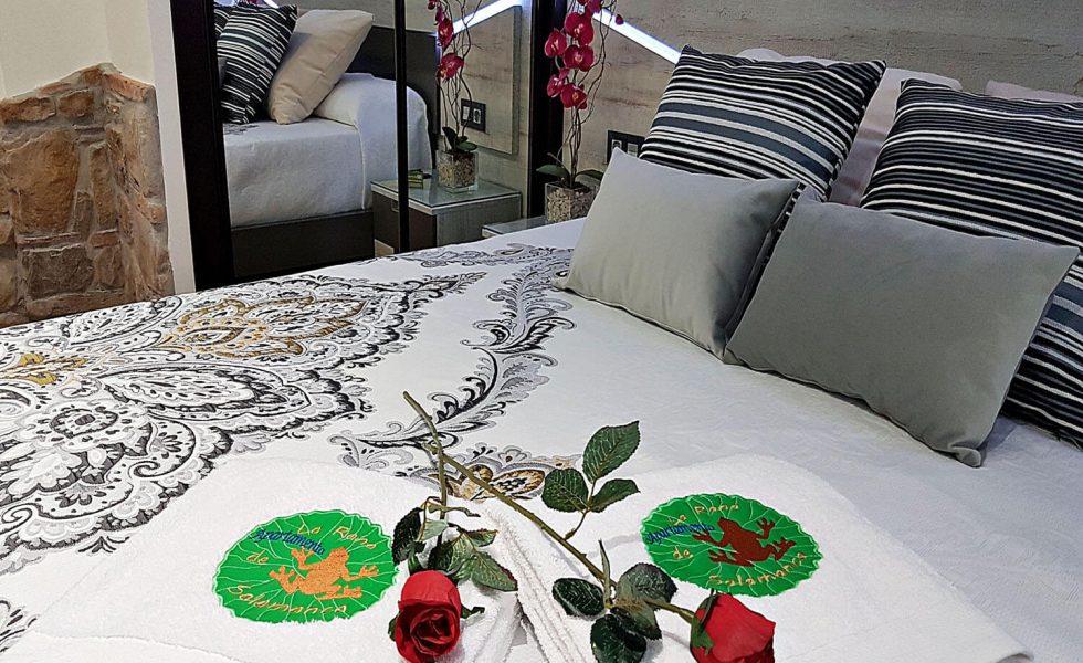 12-detalle-toallas-bordadas-dormitorio-apartamento-la-rana