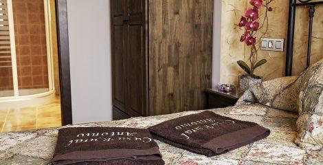 5-casa-rural-antonio-salamanca-dormitorio-marron-panoramica