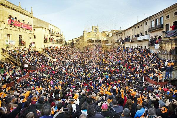 No debes faltar en el Carnaval del Toro en Ciudad Rodrigo, otra de las 10 tradiciones más representativas de salamanca.
